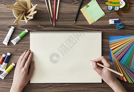 画本创作中的艺术家图片