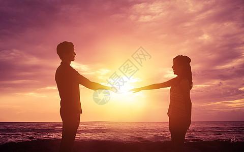 夕阳晚霞下的情侣图片
