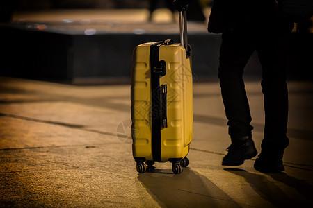回家路上的行李箱图片