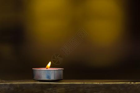 祈福的一支蜡烛图片