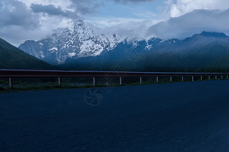 四姑娘山汽车道路背景图图片
