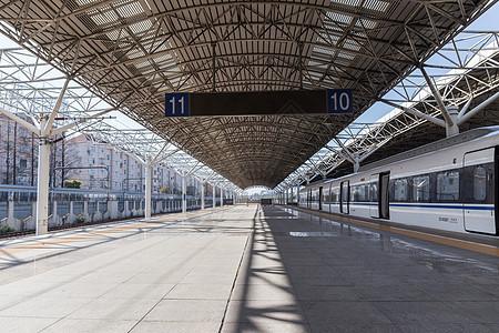 空旷的列车站台图片