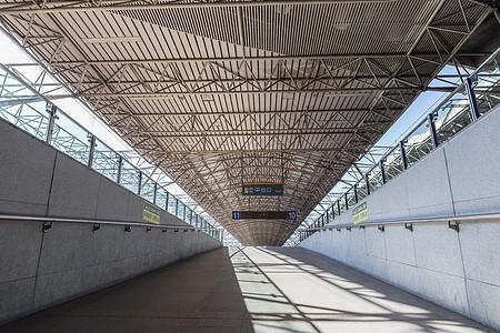 空旷的列车站台走道图片