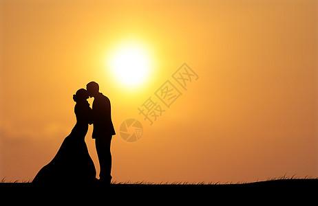夕阳情侣剪影图片