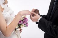 新人结婚求婚戴戒指图片