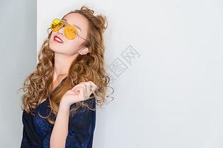 时尚活泼的美女模特图片