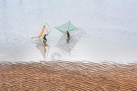 海中的渔民与沙滩图片
