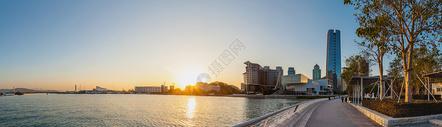 温暖阳光中的港湾全景图片