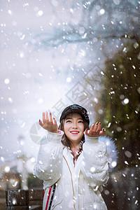 雪景中的白衣女孩图片