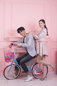 情人节年轻男女骑着单车图片