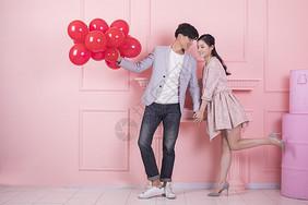 情人节年轻男女手拿气球图片