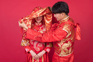 传统中式婚礼新郎掀起新娘的红盖头图片