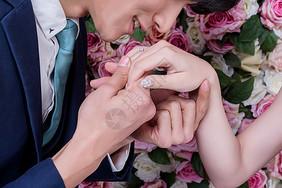 情侣婚纱互相带对戒动作图片
