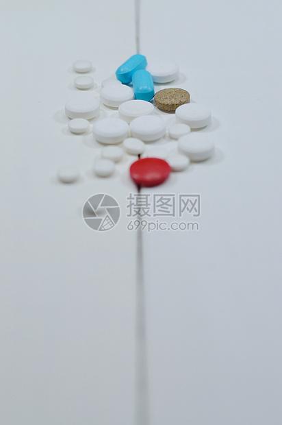 白色配景上的药丸图片