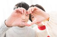 年轻情侣比心动作图片