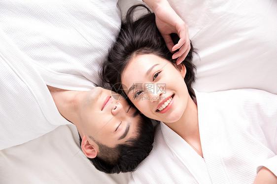 穿着浴袍的甜蜜情侣图片