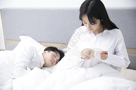 女生在看书男生在睡觉高清图片