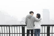 情侣一起眺望远方图片