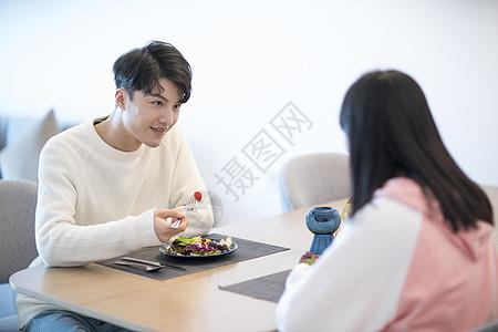 吃饭时男生爱意的眼神图片