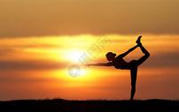夕阳下瑜伽女士剪影图片