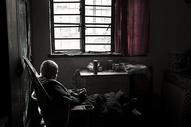 孤独的老年人图片