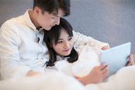 情侣在床上用电脑图片