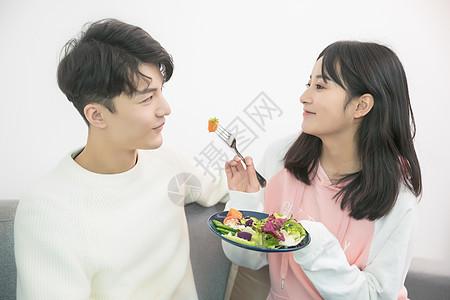 情侣相互喂食图片