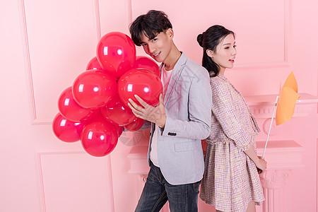 情侣手持气球风车很浪漫图片