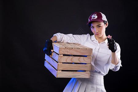 吃鸡角色扮演的女生抱箱图片