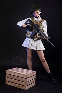 持枪吃鸡角色扮演的游戏女玩家图片