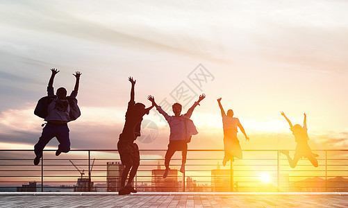 跳跃的人物剪影图片