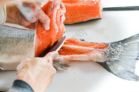 日式厨师切三文鱼图片