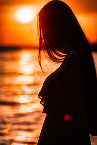 海边逆光美女图片