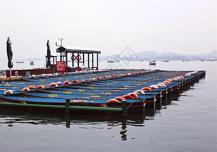 下雨下雪天的西湖游船码头图片