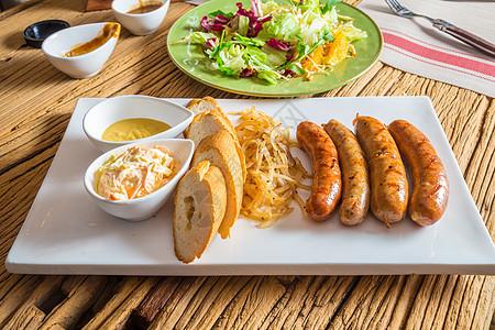 德式烤肠配烤面包图片