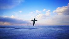 寒冷冬季雪地里的探险人图片