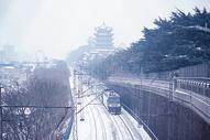 暴雪中的黄鹤楼和火车图片
