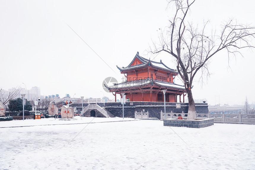 雪中的古城楼图片