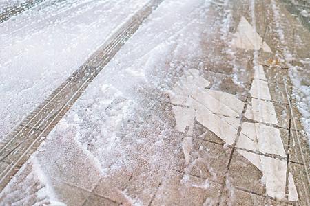 地面积雪中的车轮印图片