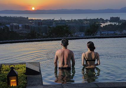 泡温泉看夕阳图片