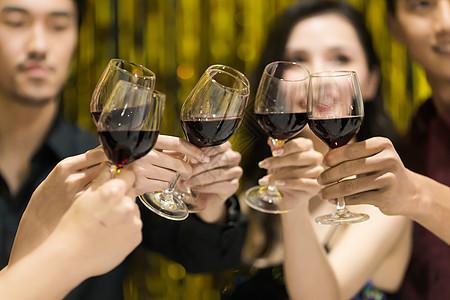 宴会上喝酒干杯图片
