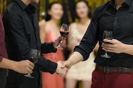 聚会上喝酒握手图片