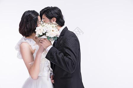 身着西式礼服的年轻夫妻接吻图片