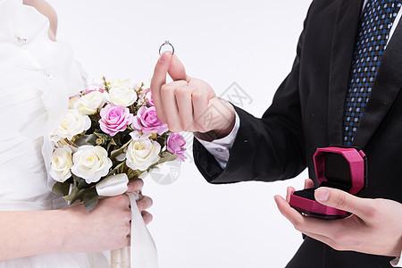 年轻夫妻求婚特写图片