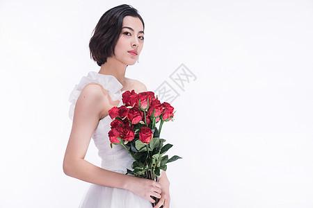 穿婚纱的美女模特捧花图片