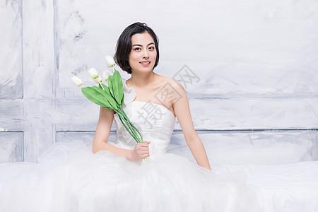 穿婚纱的美女模特拿花图片