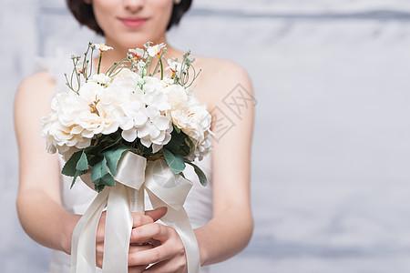 穿婚纱的美女模特捧花特写图片