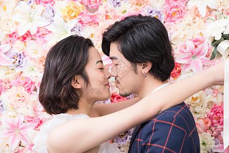 花墙前的幸福年轻夫妻图片
