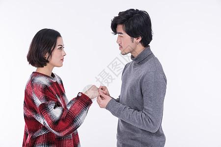 年轻夫妻求婚戴戒指图片