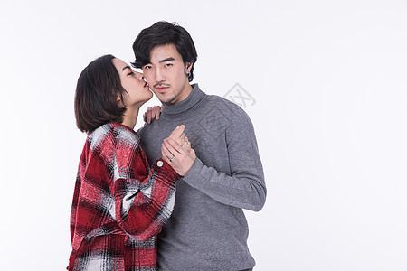 年轻夫妻求婚亲吻图片
